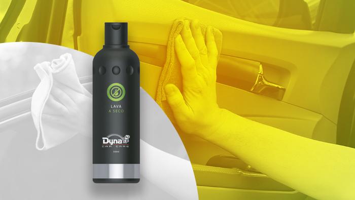 A imagem mostra o produto lavagem a seco da dyna e atrás uma mão com pano esfregando no carro.
