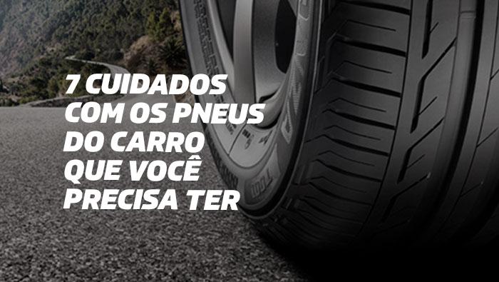 A imagem mostra a roda e o pneu de um carro na estrada.